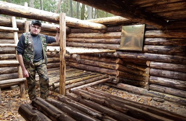 Vitalijus tyrinėja partizanų bunkerį   Fotografijos autorius : Gintautas Steiblys   © Macrogamta.lt   Šis tinklapis priklauso bendruomenei kuri domisi makro fotografija ir fotografuoja gyvąjį makro pasaulį.